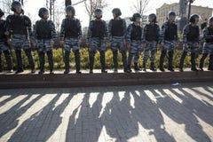 Los oficiales de policía en antidisturbios en el cuadrado de Pushkin durante una protesta de la oposición se reúnen delante de in Imagen de archivo