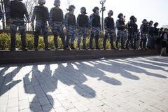 Los oficiales de policía en antidisturbios en el cuadrado de Pushkin durante una protesta de la oposición se reúnen delante de in Fotos de archivo
