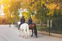 Los oficiales de policía en caballos en Buen Retiro parquean Fotos de archivo