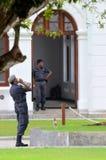 Los oficiales de policía guardan y beben el agua en Arcade Independence Square Colombo Sri Lanka Fotos de archivo libres de regalías