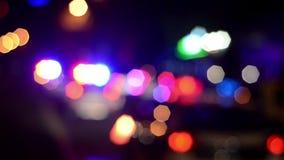 Los oficiales de policía de tráfico trabajan en la calle Policía en el trabajo Flash de las luces de emergencia de la policía en  almacen de metraje de vídeo