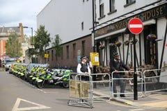 Los oficiales de policía y las motocicletas esperaban cerca el permiso para ir imagen de archivo