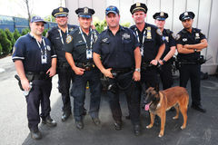 Los oficiales de policía de la oficina K-9 y K-9 del tránsito de NYPD persiguen el abastecimiento de seguridad en el centro nacio Imágenes de archivo libres de regalías