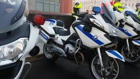 Los oficiales rusos de los polis del camino combinan en la calle almacen de metraje de vídeo