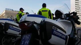 Los oficiales rusos de los polis del camino combinan en la calle almacen de video