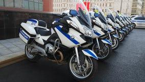 Los oficiales rusos de los polis del camino combinan en la calle metrajes