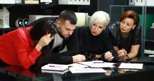 Los oficinistas discuten su proyecto almacen de video