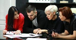 Los oficinistas discuten su proyecto metrajes
