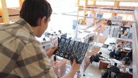 Los oficinistas están ocupados con proyecto en tiempo del día almacen de metraje de vídeo