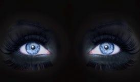 Los ojos azules darked a la mujer de la pantera negra del maquillaje de la cara Fotos de archivo libres de regalías