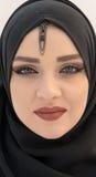 Los ojos azules se cierran para arriba, muchacha musulmán con el hijab Foto de archivo