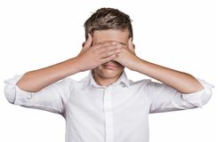 Los ojos cerrados de la cubierta del hombre tímido con las manos no pueden ver Imagenes de archivo