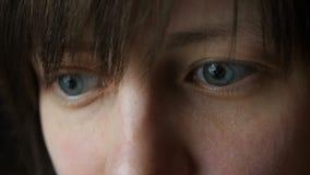 Los ojos del ` s de la muchacha, mirada en la pantalla del ordenador portátil metrajes