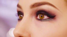 Los ojos femeninos con acabado componen almacen de video