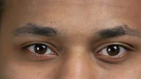 Los ojos masculinos del centelleo hermoso se cierran para arriba almacen de metraje de vídeo