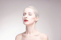 Los ojos se cerraron, una mujer joven, retrato, fondo, lápiz labial rojo Fotografía de archivo