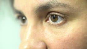 Los ojos tristes femeninos se cierran encima de la expresión deprimida de la apertura y del dolor humano cerrado metrajes