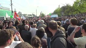 Los oposicionistas están rompiendo la línea de policía almacen de video