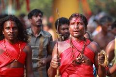 Los oráculos no identificados bailan en trance durante el festival de Bharani en el templo de Kodungallur Bhagavathi fotografía de archivo
