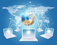 Los ordenadores portátiles blancos están conectados con la red Tierra, Fotos de archivo