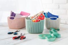 Los organizadores caseros colorearon cestas con los accesorios hechos a mano en quién Foto de archivo