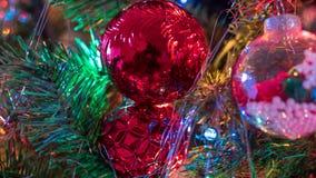Los ornamentos brillantemente coloreados, alegres del árbol de navidad colgaron para arriba con las luces y la malla fotografía de archivo