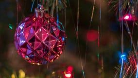 Los ornamentos brillantemente coloreados, alegres del árbol de navidad colgaron para arriba con las luces y la malla imagen de archivo libre de regalías