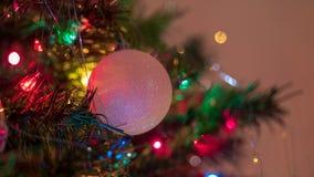 Los ornamentos brillantemente coloreados, alegres del árbol de navidad colgaron para arriba con las luces y la malla imágenes de archivo libres de regalías