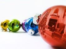 Los ornamentos brillantes del día de fiesta reflejan brillantemente el árbol de navidad colorido del Lit Imagenes de archivo