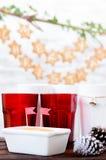 Los ornamentos de la Navidad en una tabla con el pan de jengibre protagonizan en el CCB Fotos de archivo libres de regalías