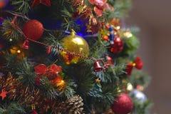 Los ornamentos del árbol de navidad colgaron para arriba con las luces imágenes de archivo libres de regalías