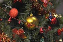 Los ornamentos del árbol de navidad colgaron para arriba con las luces fotografía de archivo