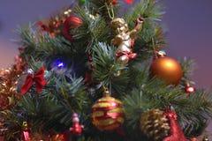 Los ornamentos del árbol de navidad colgaron para arriba con las luces fotos de archivo