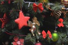 Los ornamentos del árbol de navidad colgaron para arriba con las luces imagenes de archivo
