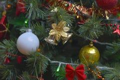 Los ornamentos del árbol de navidad colgaron para arriba con las luces foto de archivo