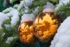 Los ornamentos nevados del árbol de navidad del oro reflejan a Santa Fe Adobe Buildings fotografía de archivo libre de regalías