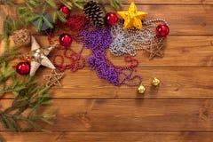 Los ornamentos y las decoraciones de la Navidad, se preparan para el fondo de las vacaciones de invierno Foto de archivo