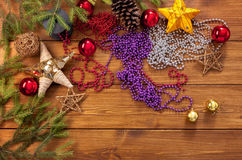 Los ornamentos y las decoraciones de la Navidad, se preparan para el fondo de las vacaciones de invierno Imágenes de archivo libres de regalías