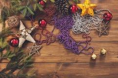 Los ornamentos y las decoraciones de la Navidad, se preparan por vacaciones de invierno Imagen de archivo