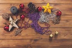 Los ornamentos y las decoraciones de la Navidad, se preparan por vacaciones de invierno Imagenes de archivo