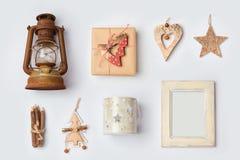 Los ornamentos y los objetos rústicos de la Navidad para la mofa encima de la plantilla diseñan Visión desde arriba Fotos de archivo libres de regalías