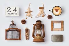 Los ornamentos y los objetos rústicos de la Navidad para la mofa encima de la plantilla diseñan Visión desde arriba Fotografía de archivo libre de regalías
