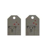 Los osos con los corazones en etiqueta, pocos osos marcan con etiqueta, etiqueta del día de tarjetas del día de San Valentín Fotos de archivo libres de regalías