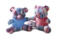 Los osos de peluche de los pares que los juguetes se están sentando aislaron en el piso blanco y el fondo blanco con la trayector fotografía de archivo libre de regalías