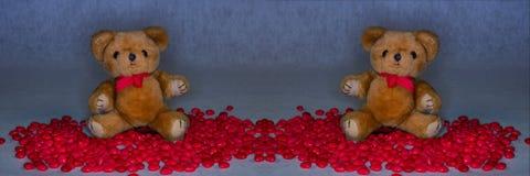 Los osos de peluche rodearon los corazones rojos del caramelo para el día del ` s de la tarjeta del día de San Valentín imagen de archivo libre de regalías