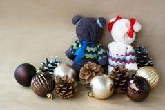 Los osos hechos a mano hechos de toallas acercan a los juguetes para los conos de un árbol de navidad y del pino en un fondo beig fotografía de archivo libre de regalías