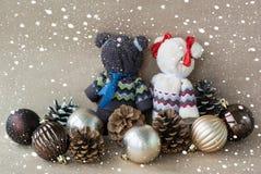 Los osos hechos a mano hechos de toallas acercan a los juguetes para los conos de un árbol de navidad y del pino en un fondo beig fotografía de archivo