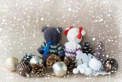 Los osos hechos a mano hechos de toallas y de manzanas blancas hechas a mano acercan a los juguetes para los conos de un árbol de imágenes de archivo libres de regalías