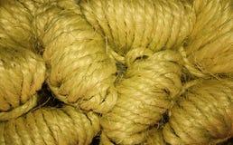 Los ovillos naturales de la cuerda apilan para arriba, se cierran encima de la visión fotografía de archivo