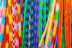 Los pájaros coloridos de la papiroflexia, arte de papel colgante del multicolor diseñaron i fotografía de archivo